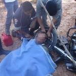 Homem preso a moto pelo pescoço