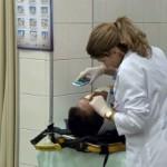 Médica improvisa e usa smartphone em exame