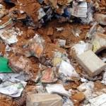 Centenas de livros são encontrados enterrados em pátio de escola em MT