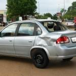 Motociclista quebra vidro traseiro de carro em acidente no centro