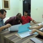 """Prefeito Asiel visita obra da """"Teles Pires"""" e regulariza documentação de lotes"""