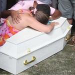Menino de 2 anos morre após pai esquecê-lo no carro por 5 horas