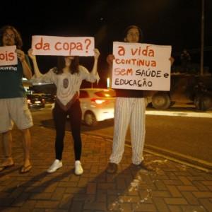 """Grupo protesta e aponta """"prejuízos"""" da Copa em Cuiabá"""