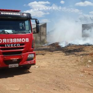 Tempo seco: fogo em madeira velha pode ter iniciado incêndio aos fundos da para Cívica
