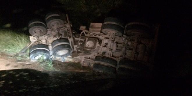 Pista escorregadia ou buraco na pista? Caminhoneiro perde controle e capota na MT 320