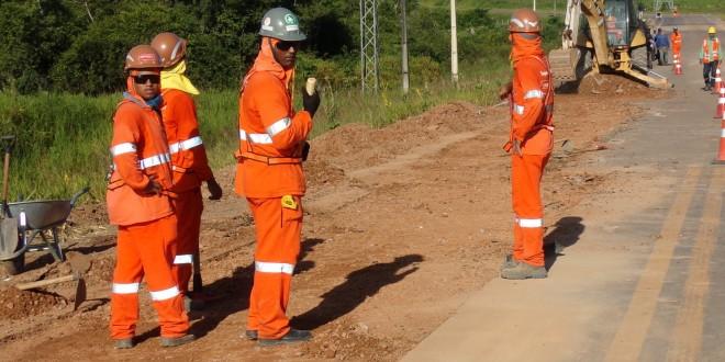 Odebrecht faz tapa buracos na MT 206 em asfalto que duraria no mínimo 5 anos