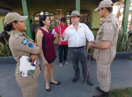 Corpo de Bombeiros faz visita ao Parque de Exposições, que já começa a receber arquibancadas para shows e rodeios