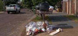 Lixo acumula nas portas de casas em Sinop