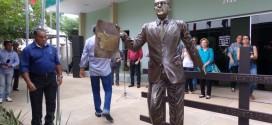 Estátua do colonizador é inaugurada em evento marcado pela emoção