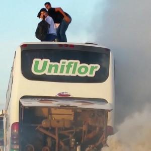 Onibus pega fogo com universitários