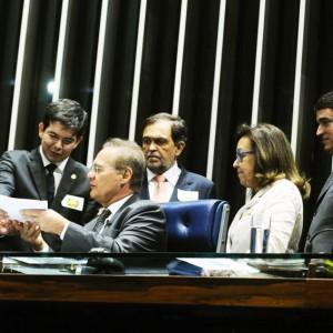 Plenário do Senado durante sessão deliberativa ordinária.  Grupo de senadores apresenta proposta de emenda à Constituição para convocar eleições presidenciais para o dia 2 de outubro, quando ocorre a eleição municipal.   E/D: senador João Capiberibe (PSB-AP);  senador Benedito de Lira (PP-AL); senador Renan Calheiros (PMDB-AL);  senador Walter Pinheiro (sem partido-BA); senadora Lídice da Mata (PSB-BA); senador Jorge Viana (PT-AC).   Foto: Moreira Mariz/Agência Senado