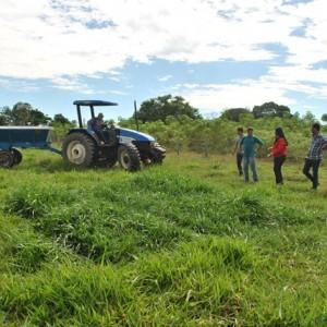 31-03-2016-Secretaria de Agricultura atende produtores rurais com serviço de trator (2)