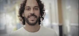 Gabriel, O Pensador doa R$ 10 mil a catador que achou US$ 1,4 mil no lixo