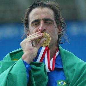 fernando-meligeni-posa-com-bandeira-brasileira-e-beija-medalha-de-ouro-conquistada-no-pan-de-santo-domingo-2003-1270075643840_956x500