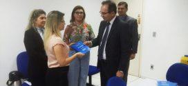 OAB entrega cartilha de defesa às Prerrogativas à Diretora do Fórum