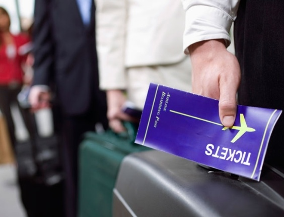 passageiros-na-fila-do-check-in-passagens-aereas-bilhete-aereo-1315944345321_564x430