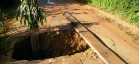 Bueiro se rompe na vicinal 1ª oeste e abre cratera em meio a via