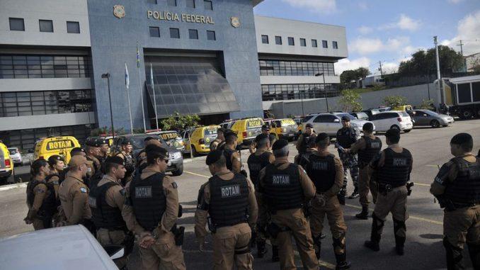 Curitiba(PR) - A polícia Militar reforça a segurança do perímetro da superintendência da polícia federal na capital paranaense, após a prisão do ex-presidente lula (Marcello Casal Jr/Agência Brasil)