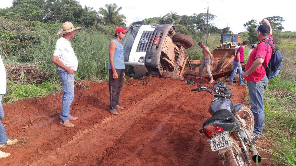 caminhão pref. caiu na ponte (2)