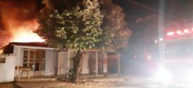 Duas casas em locais e horários diferentes são consumidas por incêndio