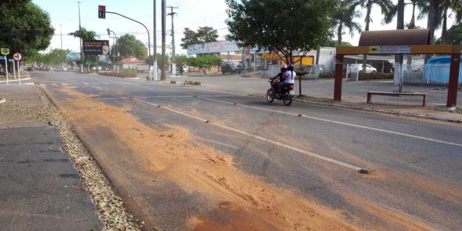 Pista escorregadia ocasiona série de pequenos acidentes na Avenida Ariosto da Riva