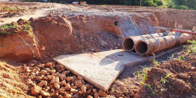 Construção da galeria do bairro Boa Nova está paralisada; moradores reclamam do perigo devido a buraco aberto no meio da via
