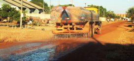 Após restauração, 4 caminhões-pipas já estão atuando na molhagem de ruas sem pavimentação