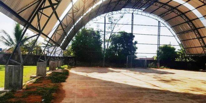 Construção da quadra poliesportiva da escola Geny Silvério foi retomada