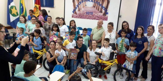 Sec. de Educação entrega premiação para alunos que participaram do concurso de civismo 2018