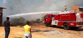 Incêndio de grandes proporções destrói área verde e quase atinge residências no bairro Cidade Bela