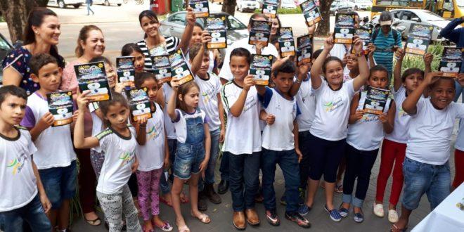 Cerca de 23 alunos da Escola Manoel Bandeira receberam a nova edição da revista 'Florestinha'