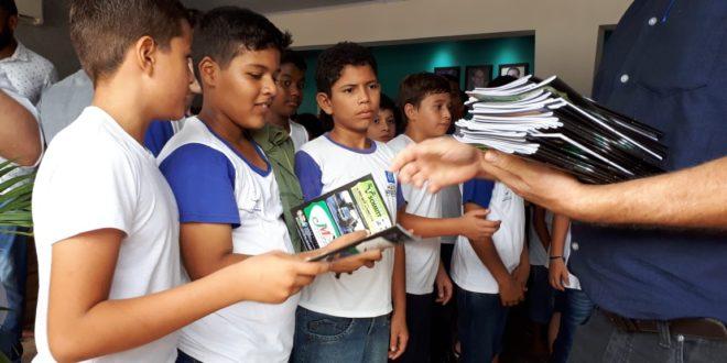 """Alunos da escola Cecília Meireles receberam primeira remessa da nova edição da revista """"Florestinha'"""