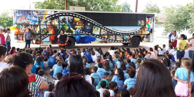 Ônibus Literário do projeto 'O Mundo Encantado da Literatura – Era Uma Vez' ficará exposto na Praça Cívica para visitação até o dia 14 deste mês