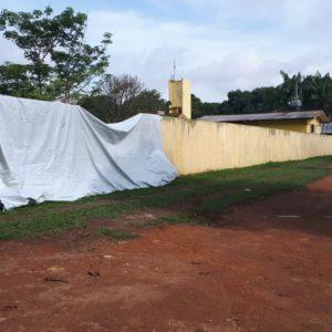 Após perder controle da direção, condutor bate veículo em muro de escola e parte das estruturas vem abaixo