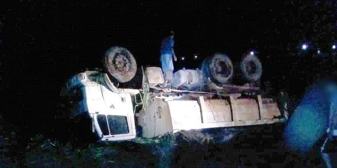 Motorista embriagado tomba caminhão da prefeitura