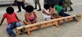 NA COLÔMBIA, CIDADÃOS SÃO PRESOS PELOS PÉS POR DESRESPEITO À QUARENTENA