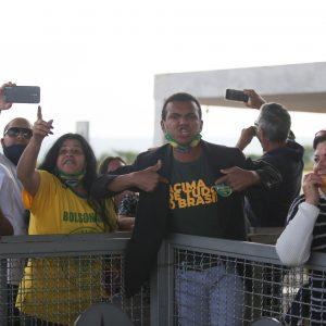 Após crítica de Bolsonaro à imprensa, apoiadores hostilizam jornalistas