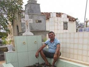 Microempresário constrói o próprio túmulo