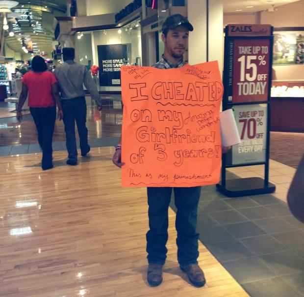 Namorado infiel é obrigado a segurar cartaz e coletar assinaturas