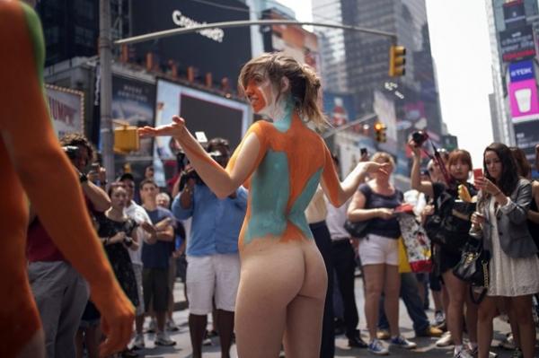 artista faz pintura corporal ao vivo4