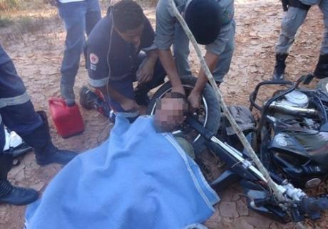 homem acorrentado em moto