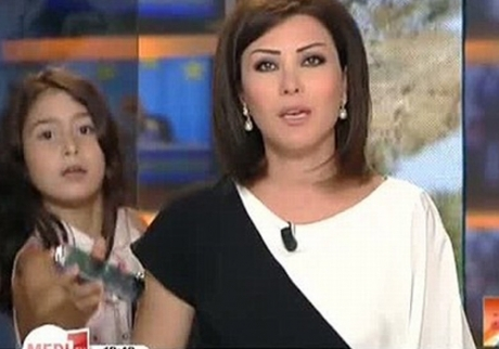 Menina interrompe telejornal
