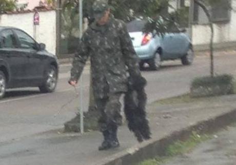 Mulher flagrou militar agredindo um cachorro