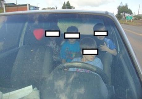 Polícia flagra menino de apenas 11 anos dirigindo carro