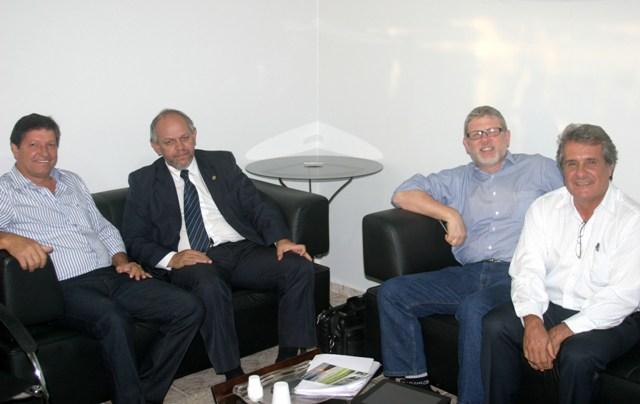 Prefeito de Paranaíta recebe representantes do Governo Federal em seu gabinete