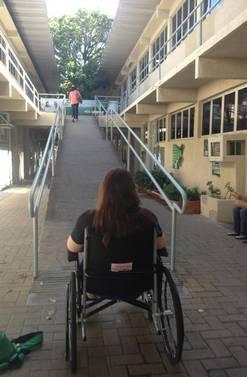 Universitária em cadeira de rodas