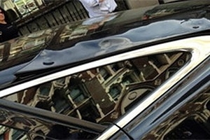 Luz refletida por arranha-céu de Londres derrete parte de carro de luxo
