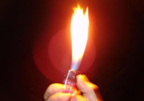 Mulher é presa por queimar pênis