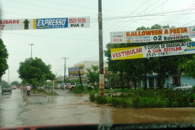 Mesmo breve, chuva alaga pontos da cidade e causa transtornos em bairros