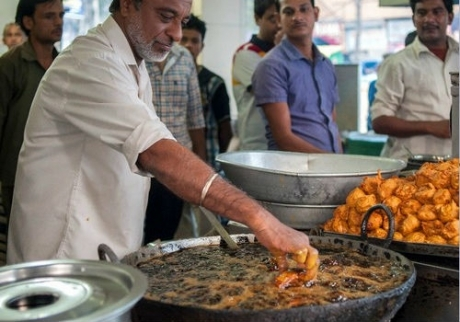 Cozinheiro usa mãos em gordura